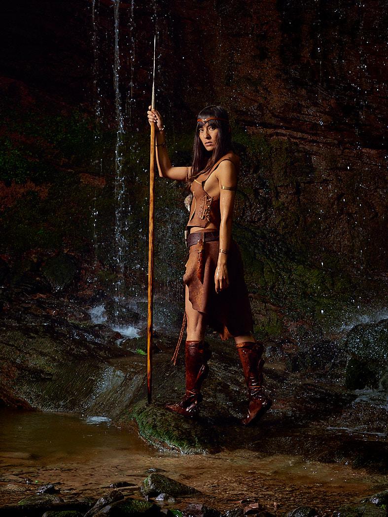 Amazonenkriegerin unterm Wasserfall